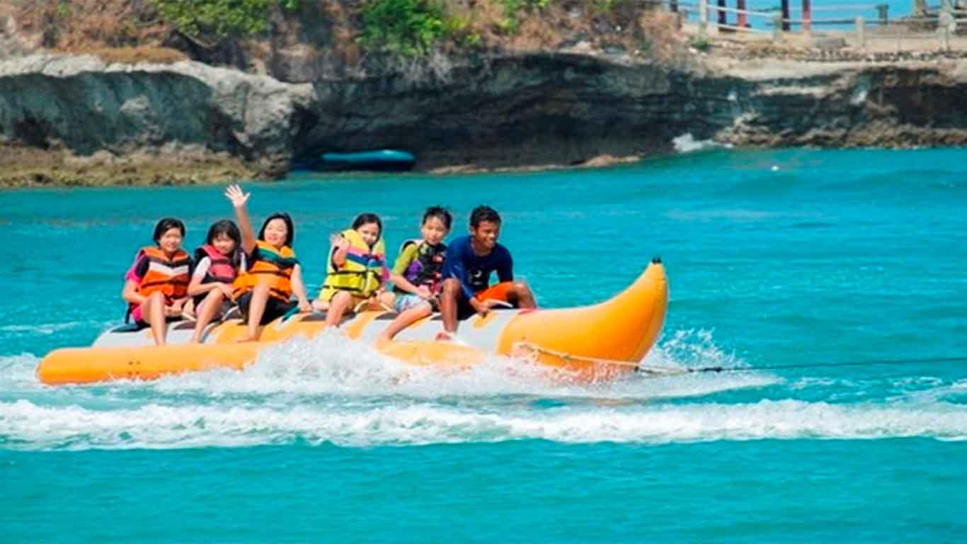 pantai-sambolo-banana-boat