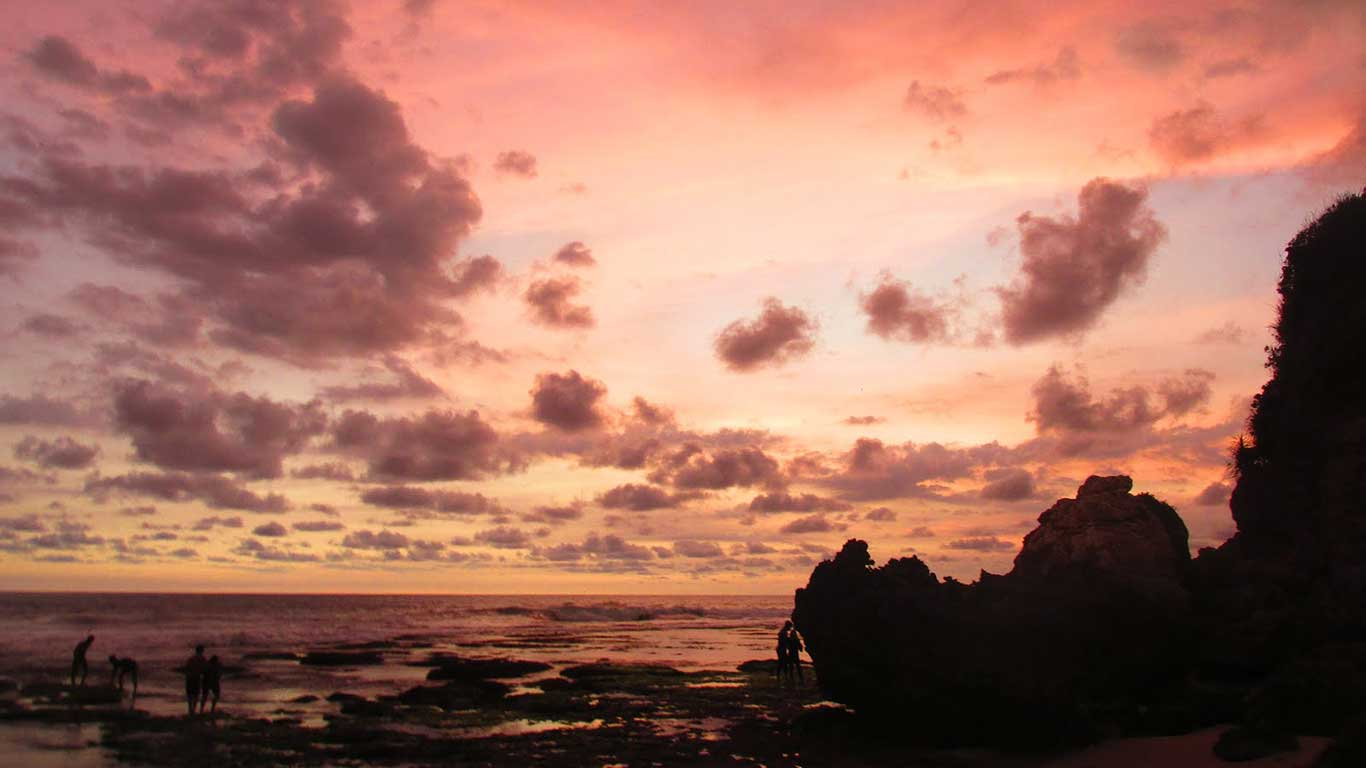 Senja di Pantai Butuh