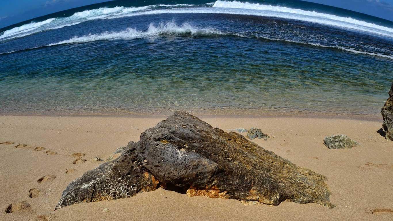 Memancing-di-Pantai-Sanglen