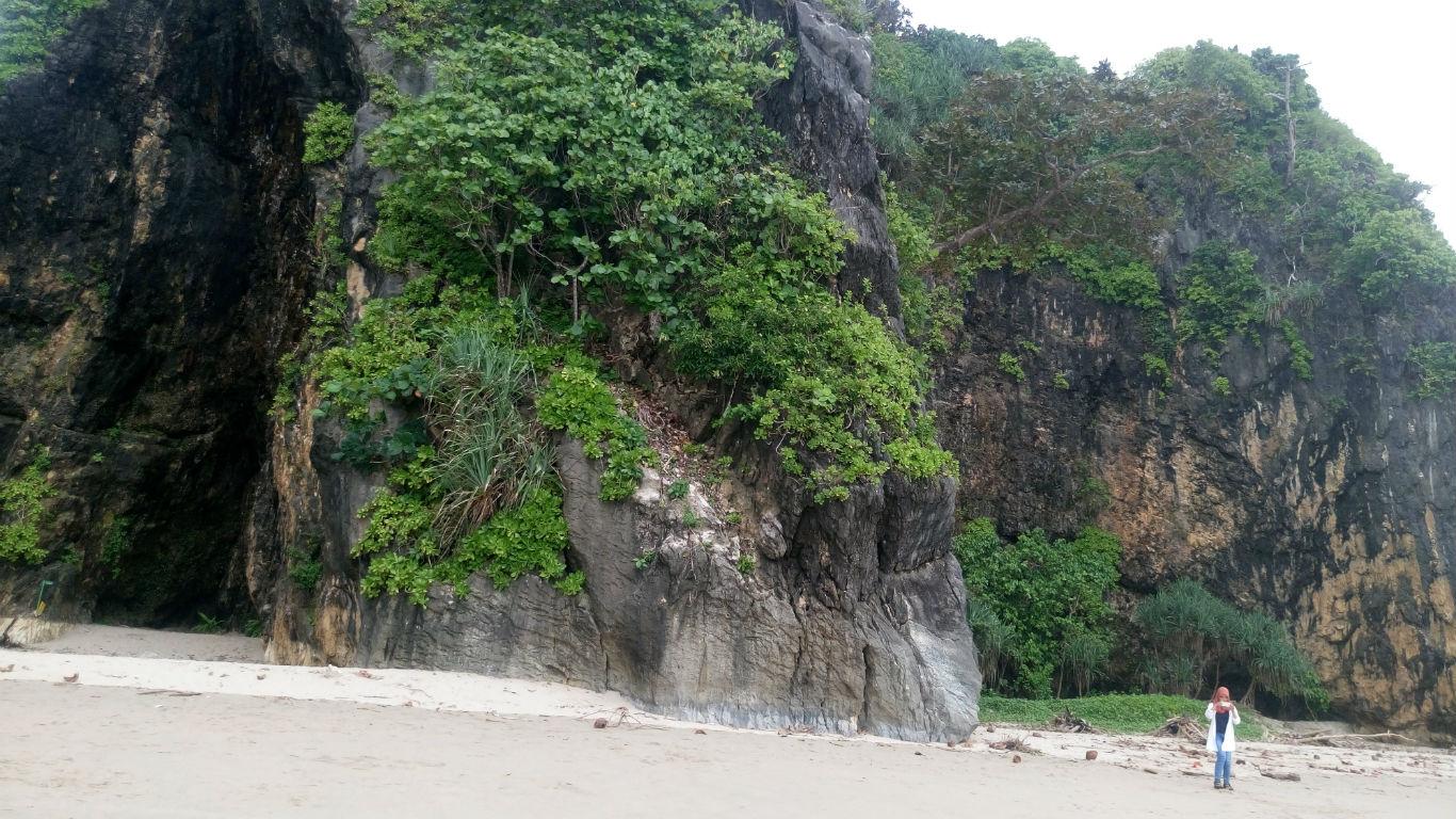 Panjat Tebing Pantai Goa Langir