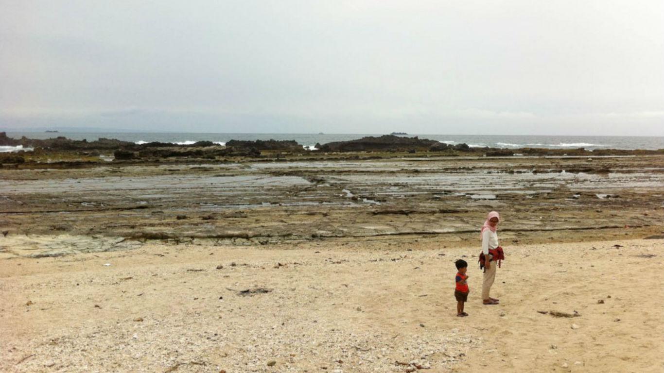 Pemandangan Pantai Karang Beureum