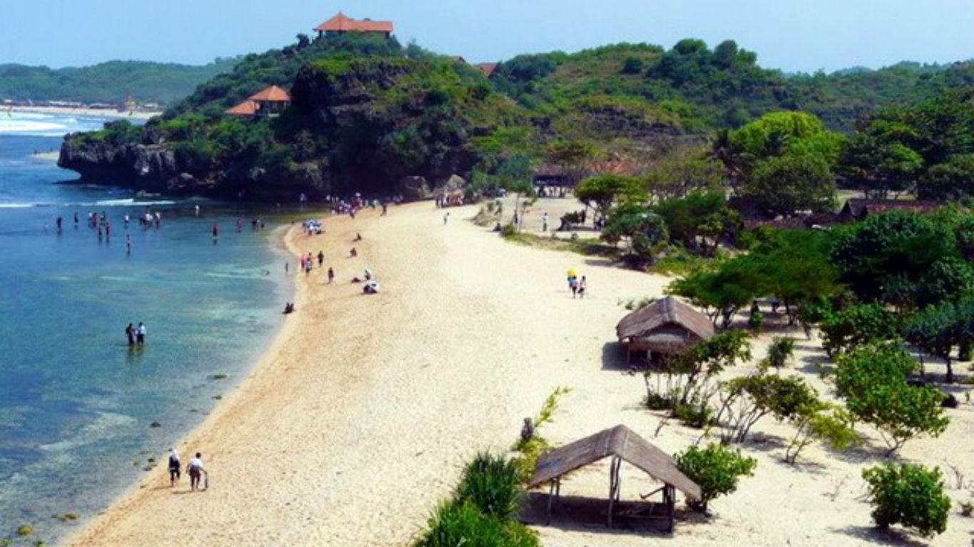 Suasana Pantai Sundak