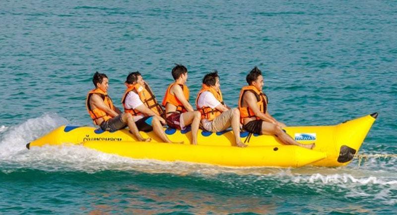 Naik Banana Boat Pantai Tanjung Pinggir Batam
