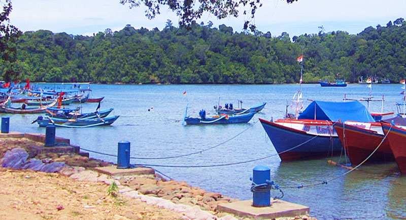 Naik Perahu Wisata Di Pantai Sendang Biru
