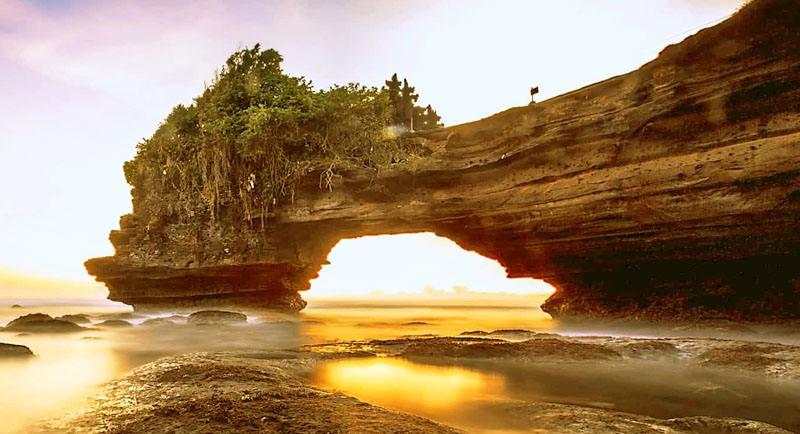 Pemandangan Pantai Karang Bolong Pacitan